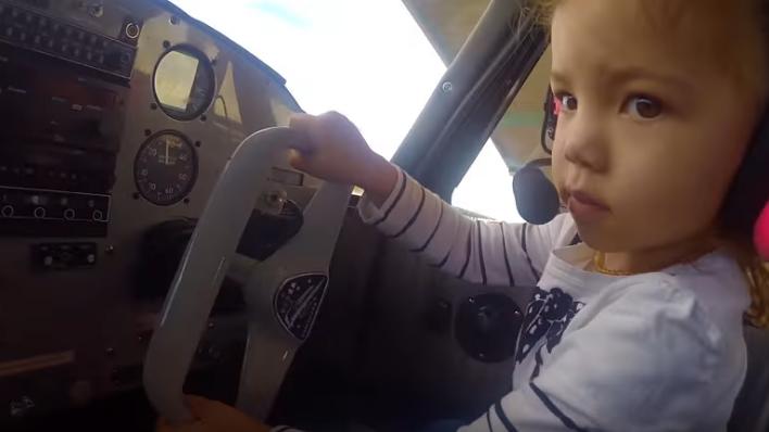 دختربچه دو ساله ای که خلبان شد!